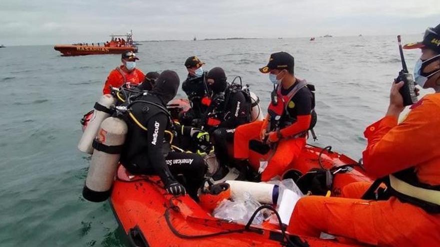 Localizado el avión que se precipitó al mar en Indonesia