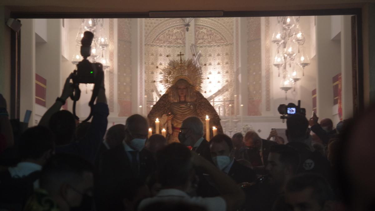 Traslado de la Virgen de la Esperanza antes de la Magna.