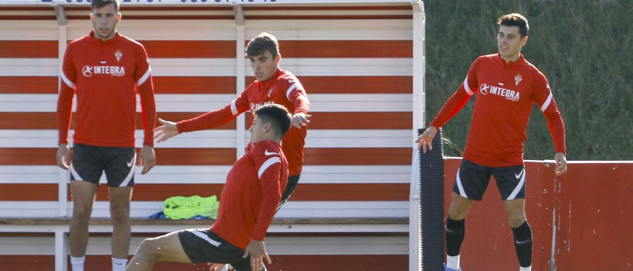 Gaspar, a la derecha, durante el entrenamiento de esta mañana, ante Christian Rivera, Pablo García y Enol Coto.