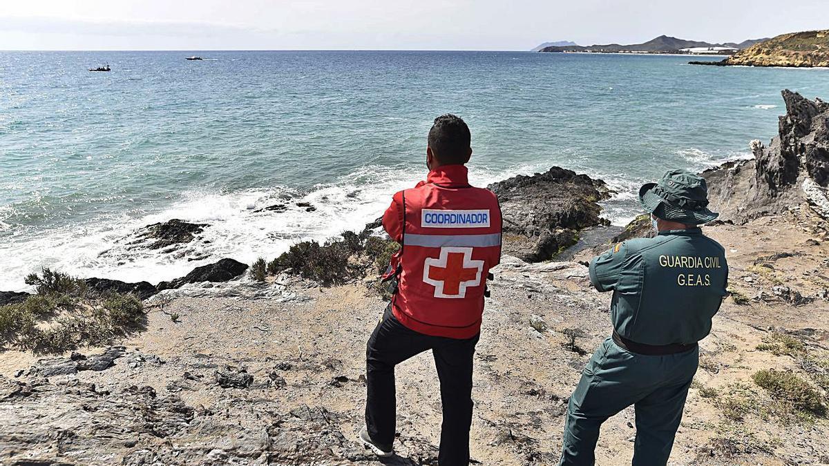 Efectivos de la Cruz Roja, Guardia Civil, Protección Civil y Salvamento Marítimo, en el dispositivo para encontrar a los migrantes tras el naufragio de la patera. | URQUÍZAR