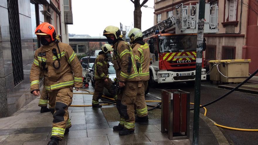Los bomberos acuden a un incendio en un piso en José Luis Cereijo
