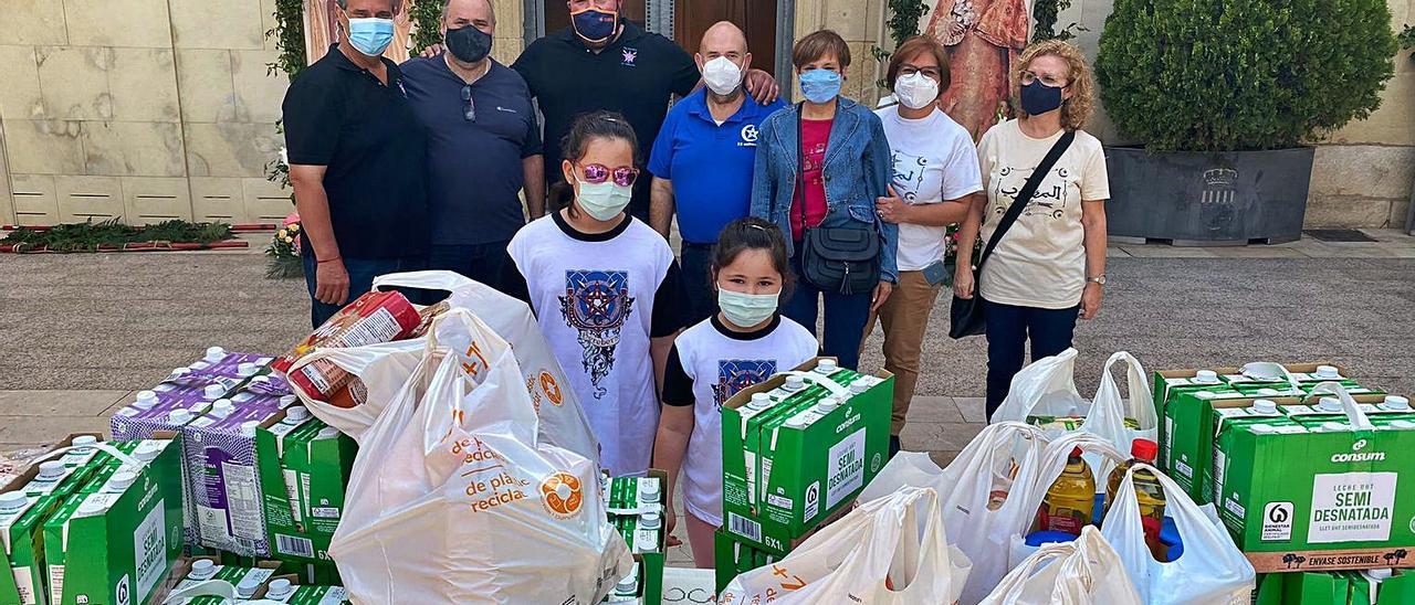 Festeros y particulares participaron ayer  en la ofrenda de  alimentos. información | INFORMACIÓN