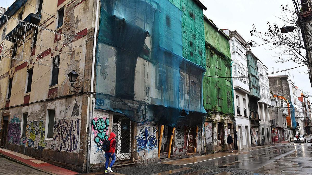 Edificios abandonados en la misma acera de la calle Orzán. |   // CARLOS PARDELLAS