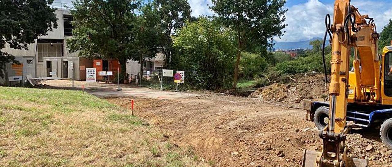 Obra de los accesos a la nueva residencia de Lugones, ayer.