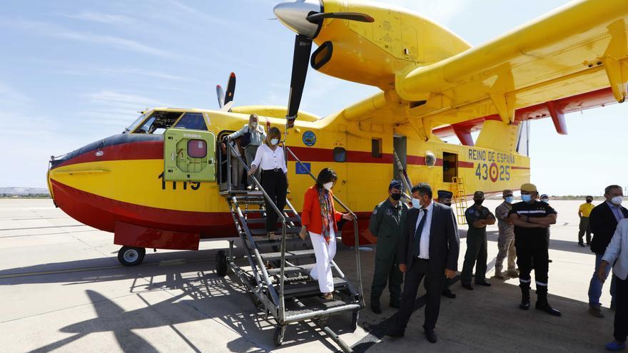 La ministra de Defensa visita en Zaragoza la unidad que envía dos hidroaviones a Turquía