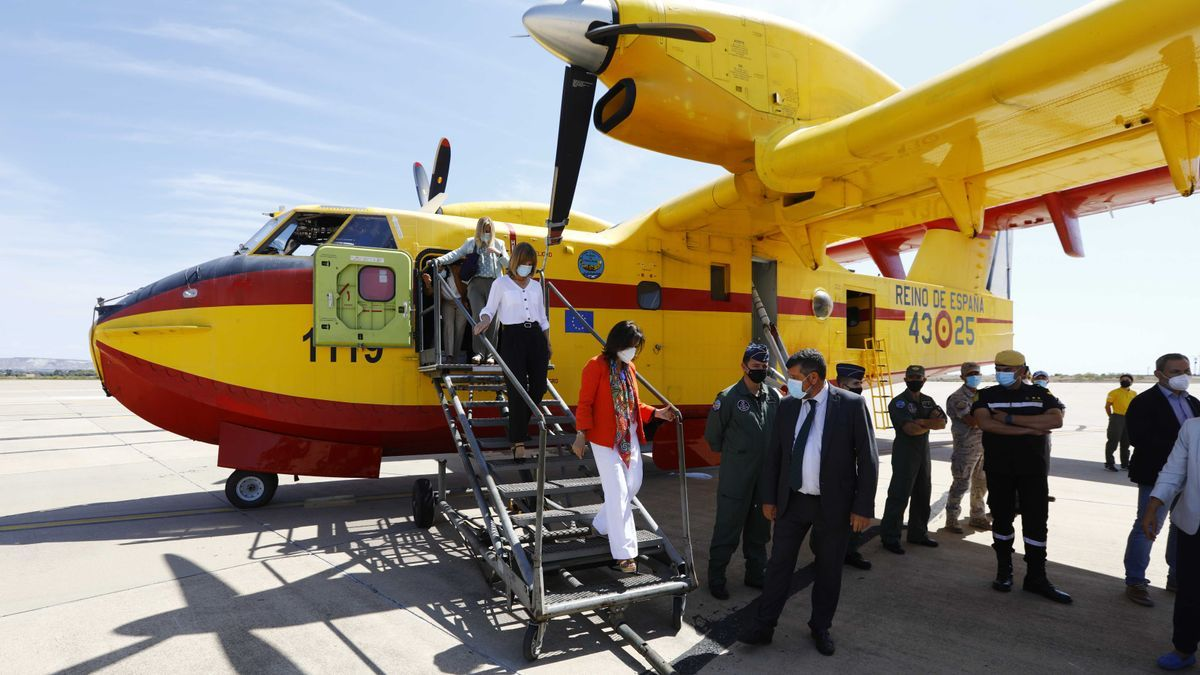 La ministra de Defensa desciende de un avión como los que se envían a los incendios a combatir el fuego.
