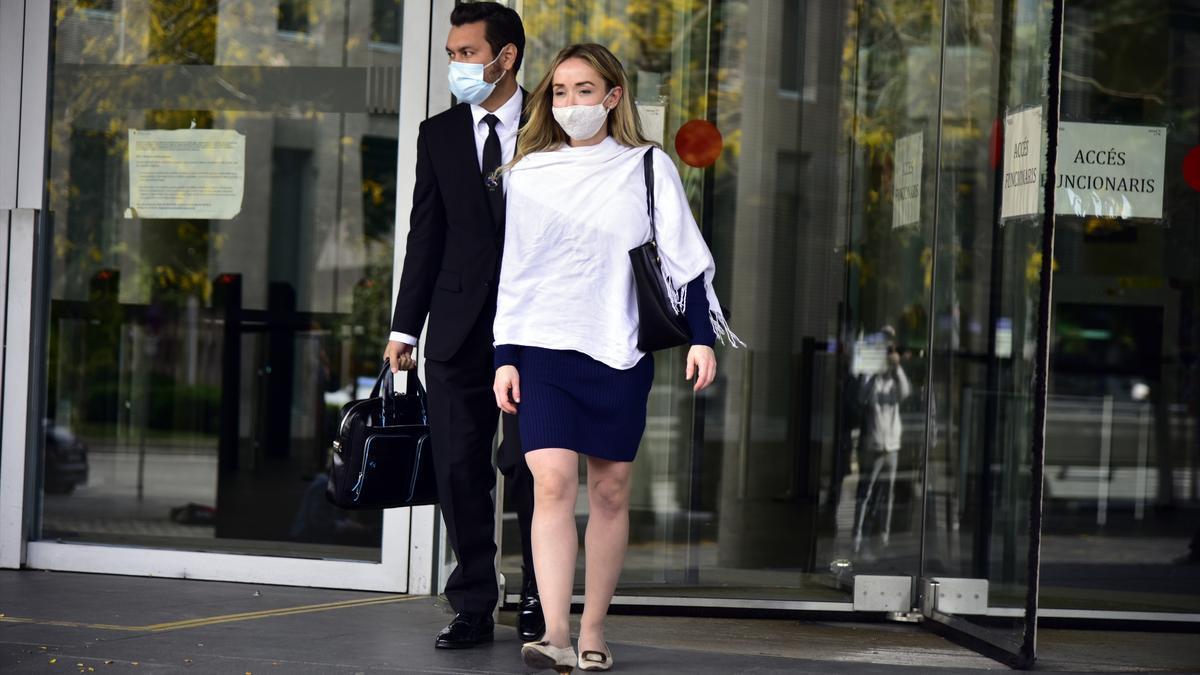 La esposa de Josep Maria Mainat, Angela Dobrowolski, llega al juzgado en Barcelona.
