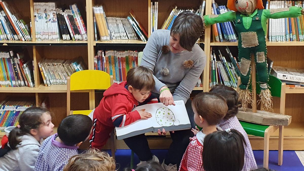 Actividad infantil en una biblioteca