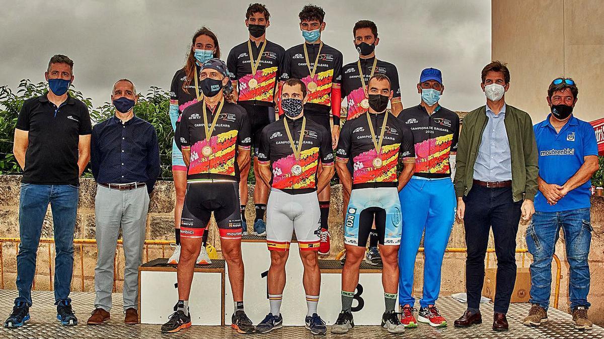 Los vencedores posan en el podio con sus maillots de campeones de Balears contrarreloj. | SEBASTIÀ TERRASSA