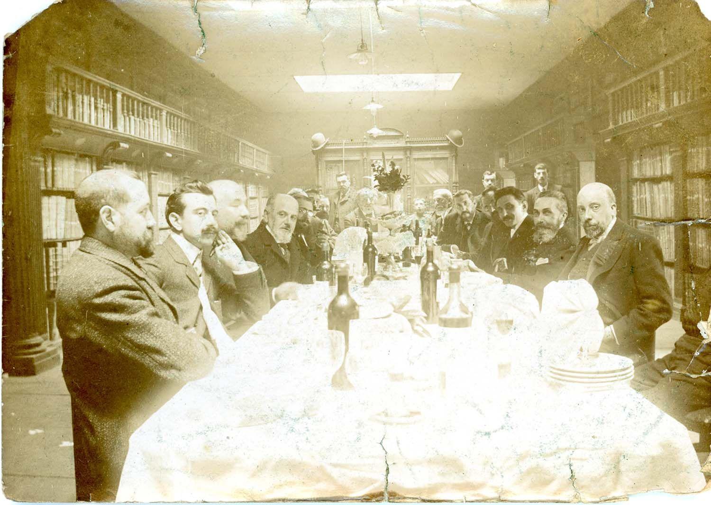 Comida de profesores de la Universidad de Oviedo (Fermín Canella, Melquíades Álvarez, Aniceto Sela y otros) en la biblioteca universitaria, 16/2/1919. | Donación anónima