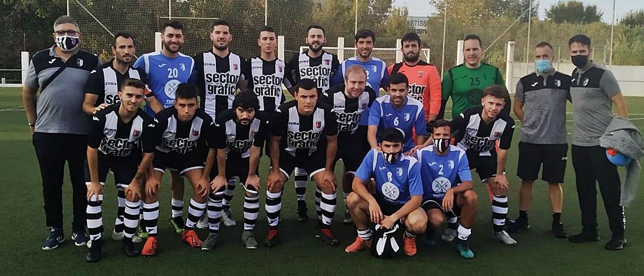 Jugadores, técnicos y auxiliares del Benirredrà CF antes de un partido de esta temporada. | LEVANTE-EMV