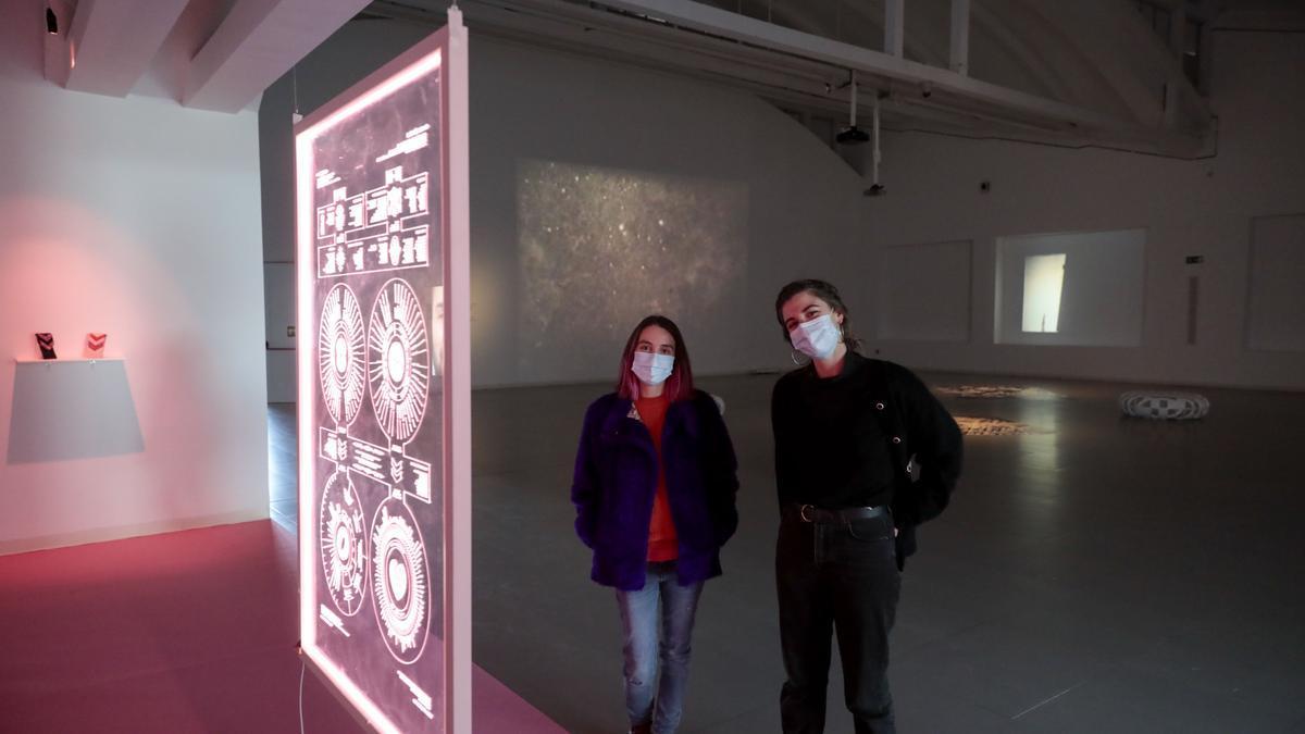 Noemí Iglesias y Celia Viada, en Laboral con una de las instalaciones.
