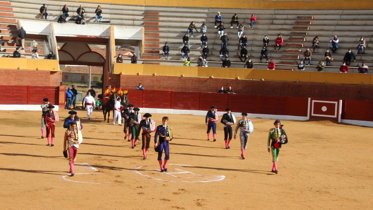 Paseíllo al inicio de la novillada en la plaza de toros de Fuentesaúco.