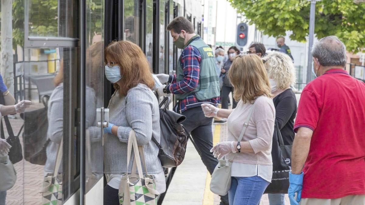 Picassent reparte mascarillas al personal trabajador que viaja en transporte público