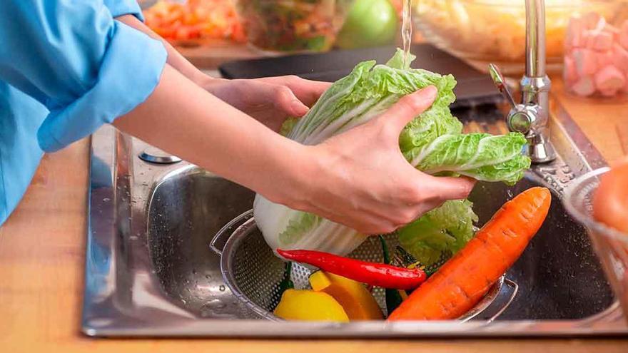 Pierde parte de dedo al infectarse con  con la bacteria 'come carne' mientras lavaba un alimento