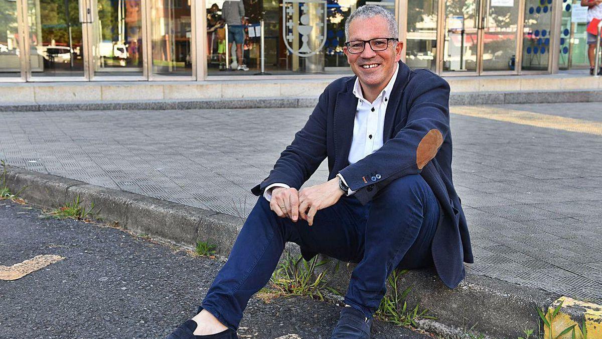 Ignacio Maestro posa junto a la Delegación de la Xunta en A Coruña.