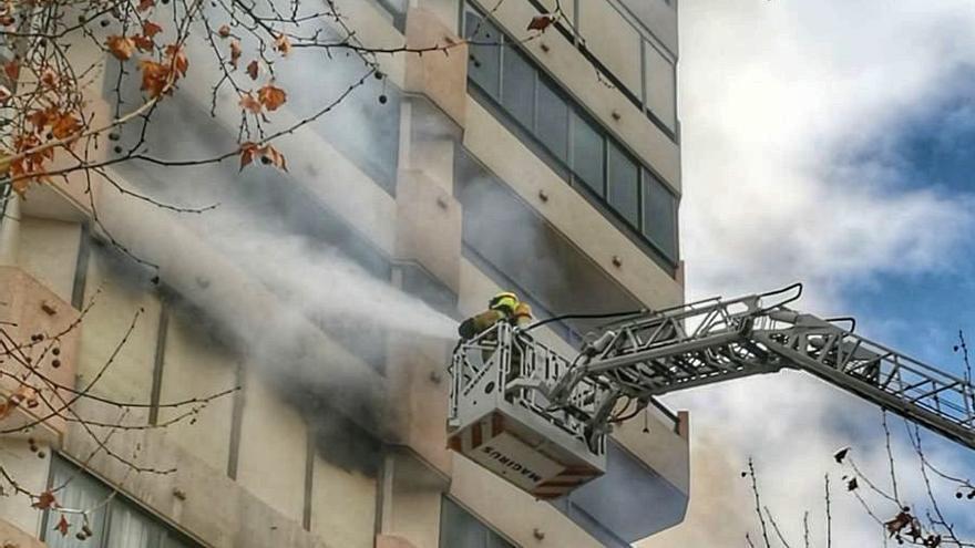 Los bomberos apagan un fuerte incendio en un edificio del Rincón de Loix en Benidorm