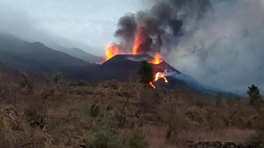 Un nuevo derrumbe del cono principal del volcán de La Palma provoca una gran riada de lava