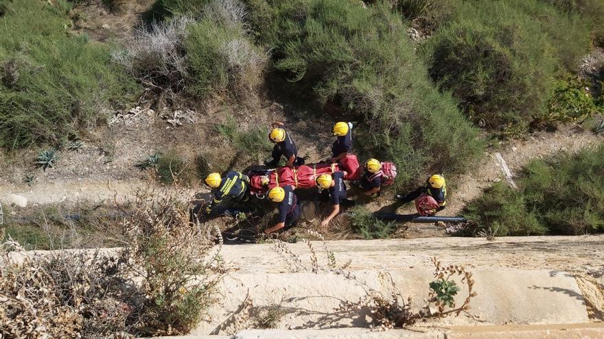 Bomberos rescatan a un hombre herido tras despeñarse en el Castillo de Santa Bárbara