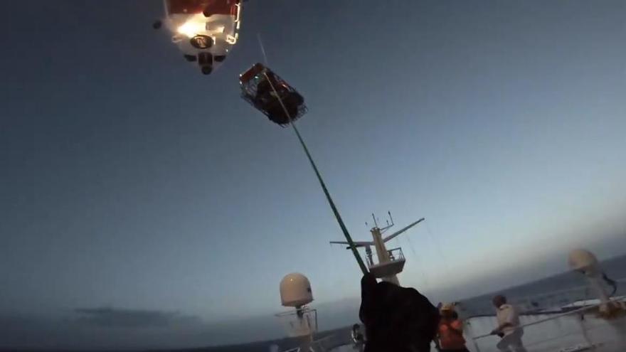 Helikopter der Seenotrettung holt krankes Kind von Schiff vor Mallorca