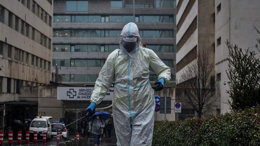 Un cribado a 10.000 personas intenta frenar el avance del virus, que supera ya los 2.100 casos