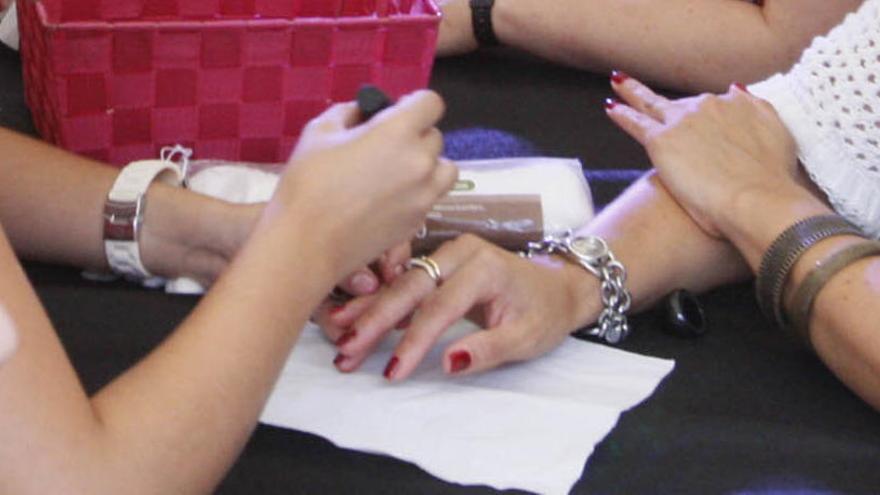 Els dermatòlegs alerten de les laques d'ungles i de les pestanyes postisses