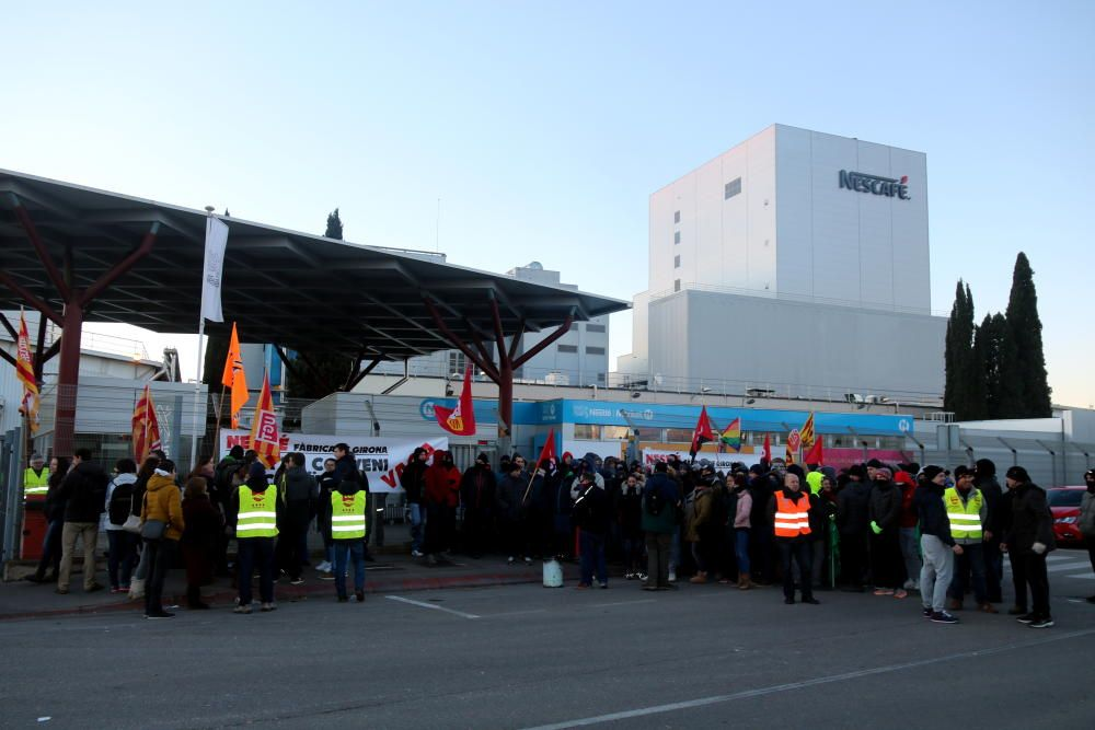 Els treballadors de Nestlé concentrats davant l'empresa durant la jornada de vaga