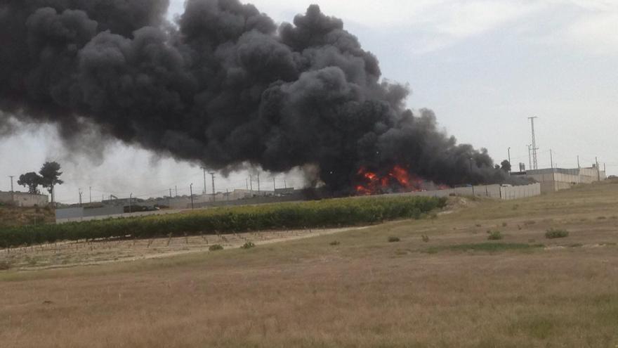 Aparatoso incendio en un desguace de camiones de Molina de Segura
