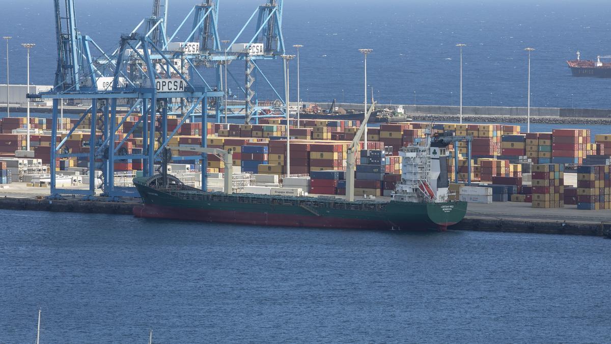 Barco atracado en el Puerto de Las Palmas.