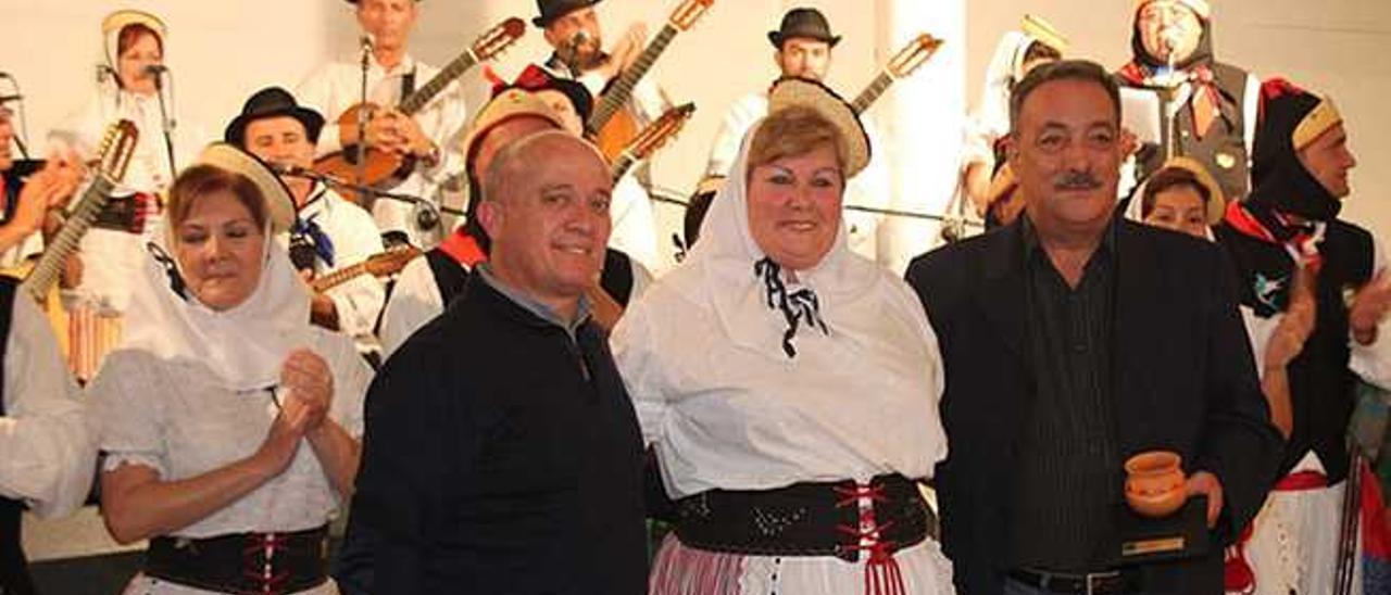 Pancho Hernández, Carmita González y Manuel Montelongo, el pasado sábado en la Sociedad Unión Sur de Tías.