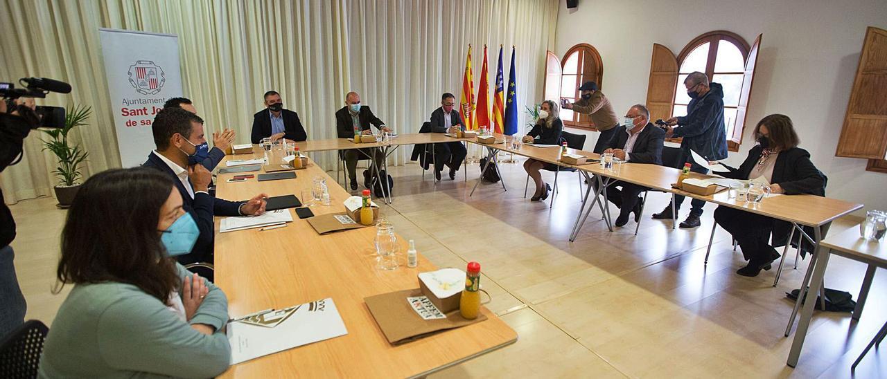 El Consell de Alcaldes de ayer en Sant Josep, con el conseller Marí Ribas. V.M.