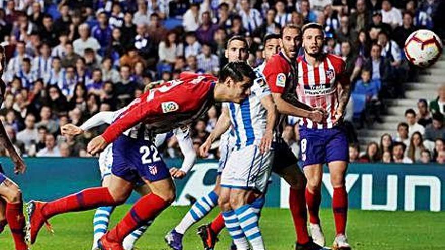 Morata manté a set punts un Atlètic que resisteix en inferioritat numèrica
