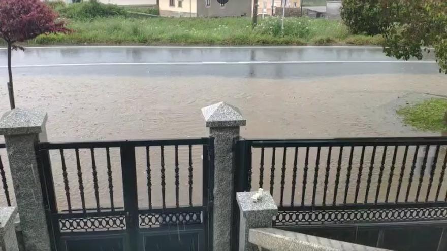 Un mar de fecales inunda una avenida en Oleiros, un vial en Bergondo y casas en Sada