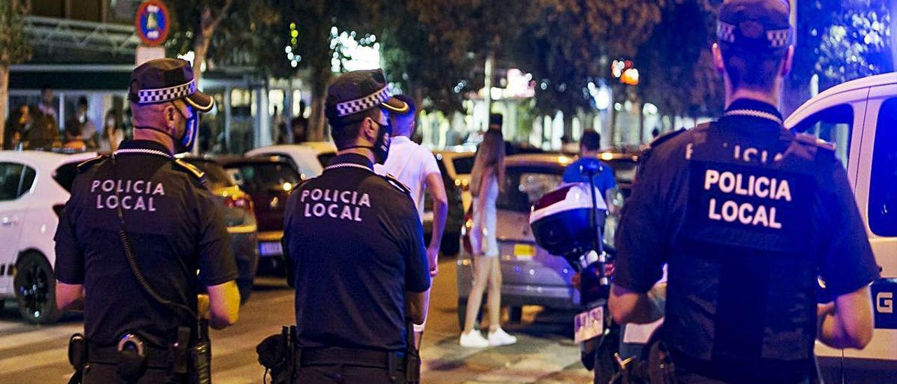 Imagen de archivo de la Policía Local de Alicante durante un servicio el pasado julio.