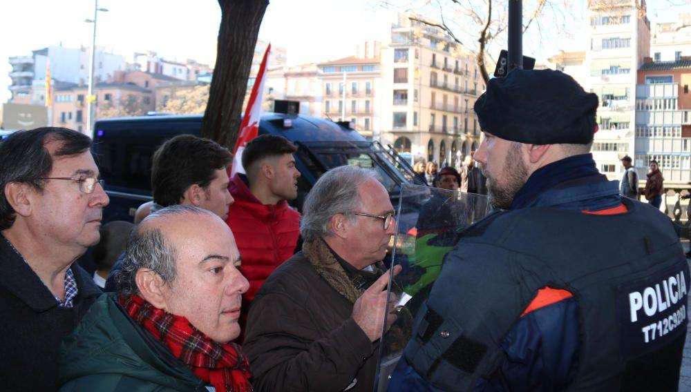 Manifestants feixistes s''avancen a Vox i impedeixen el seu acte