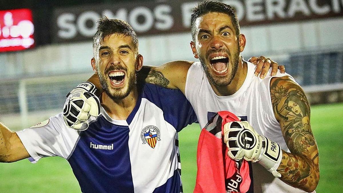 El coruñés Ian Mackay, a la derecha, celebra el ascenso a Segunda de 2020 con el Sabadell. |  // @IANMACKAY23