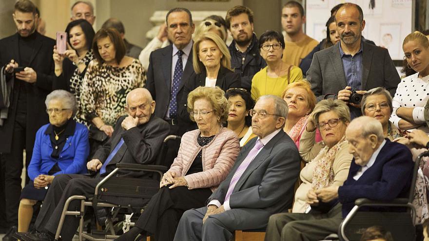 El homenaje a los centenarios pasa del Salón de Cristal a los domicilios