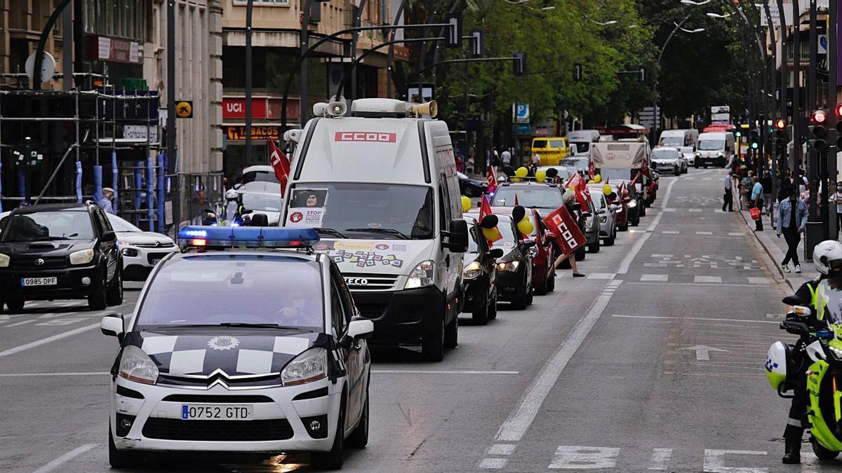 Caravana de coches en manifestación por la Gran Vía de Murcia, en el día de ayer.   JUAN CARLOS CAVAL