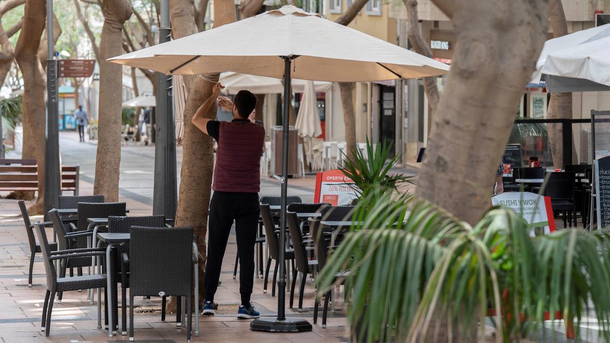 Un prepara la terraza de su local. La hostelería es uno de los sectores beneficiados por el Plan Resistir.