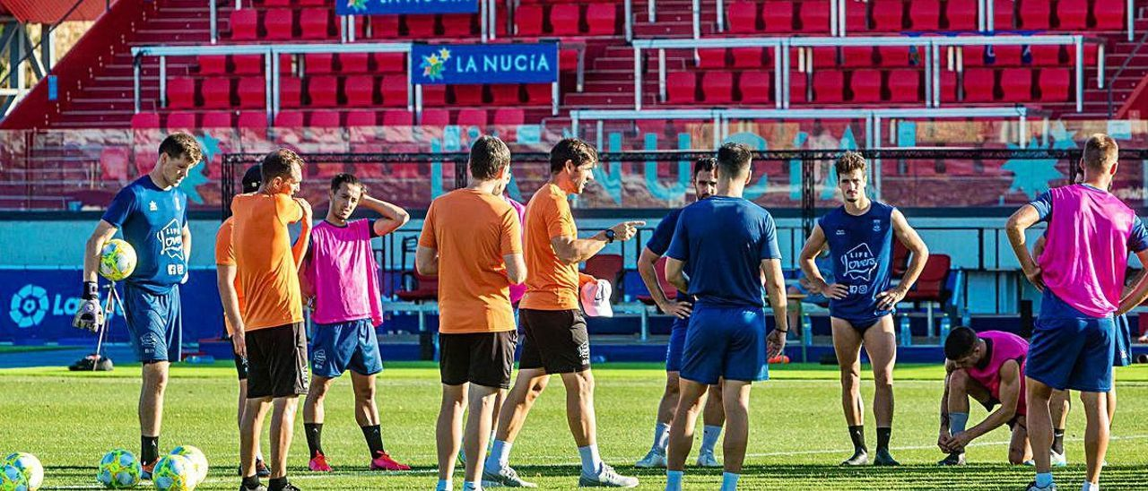 Albelda da instrucciones a los jugadores del Atzeneta en el entrenamiento de ayer en el estadio Camilo Cano de La Nucía.