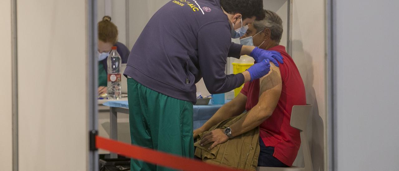 Un enfermero vacuna a un hombre en las instalaciones de Ciudad de la Luz