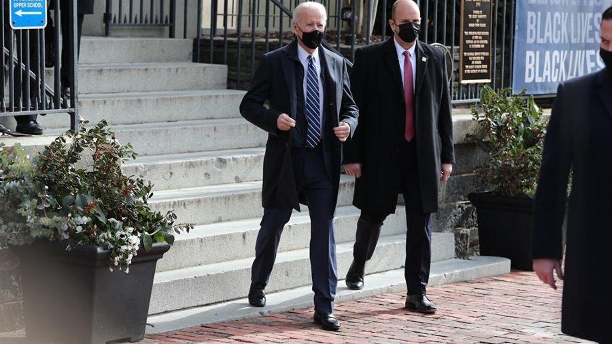 Biden restablece la prohibición de entrada a viajeros de la UE