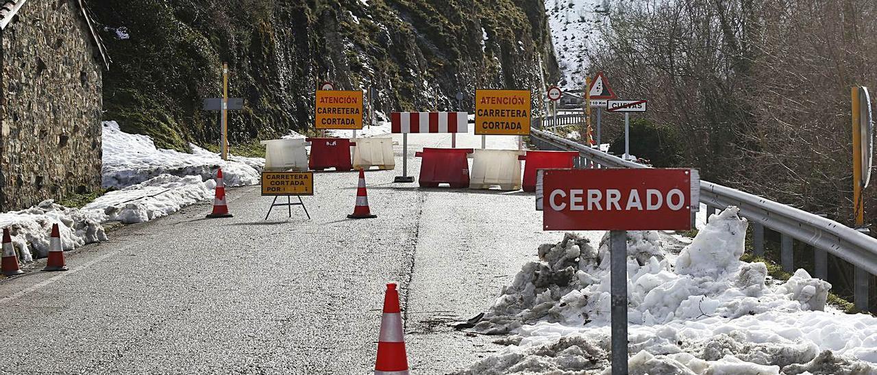El inicio de la ascensión a San Isidro, cerrada por el alud, desde la localidad de Cuevas.   Julián Rus