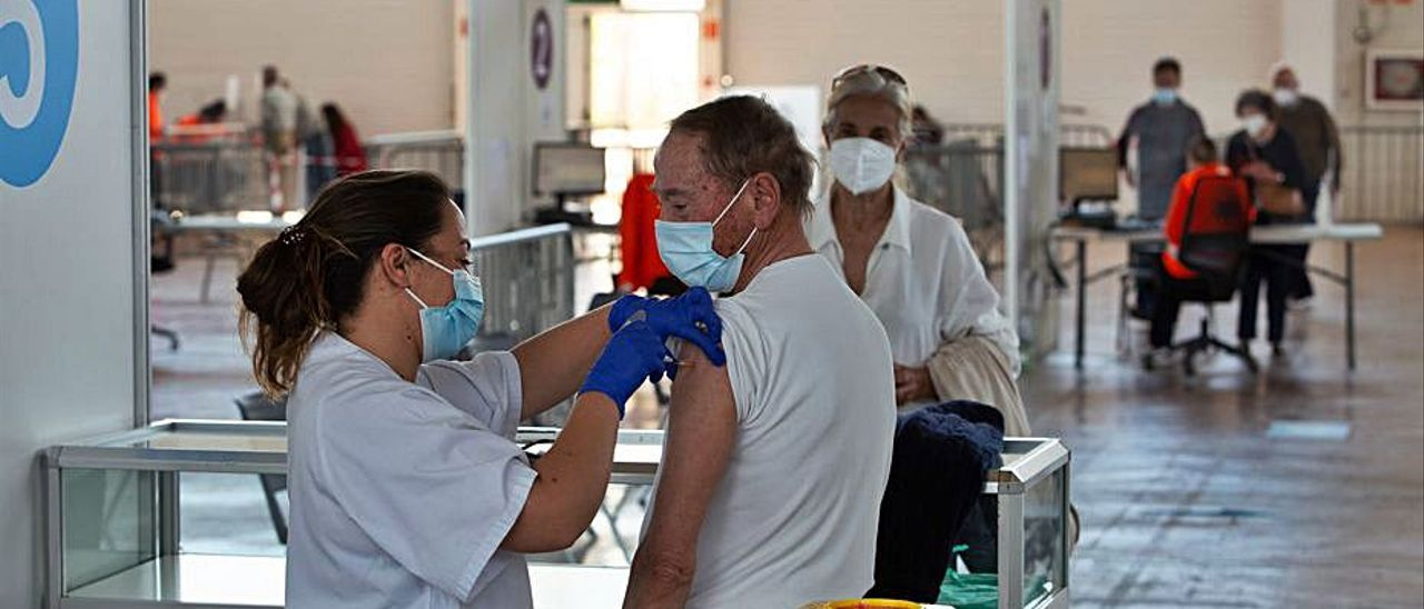 Vacunación en el Recinto Ferial de Ibiza.   V. MARÍ