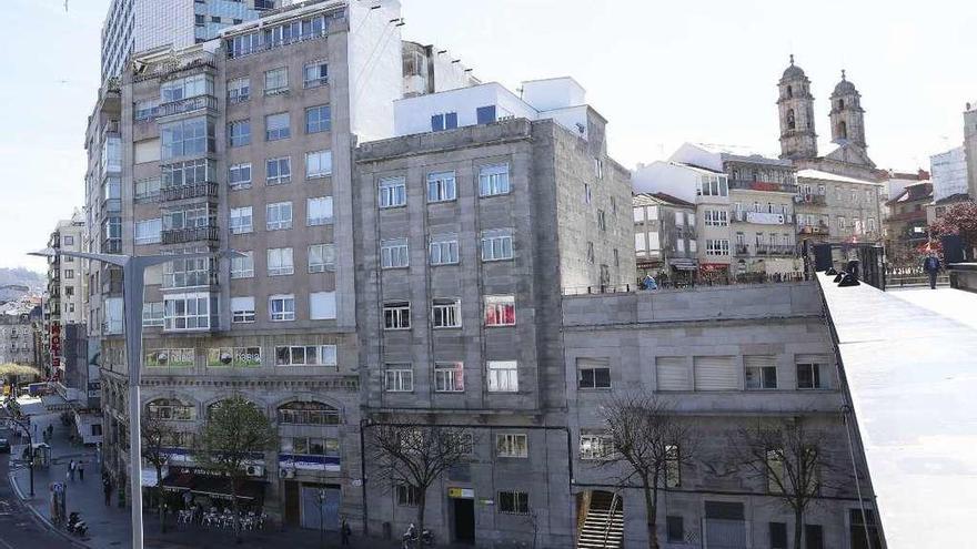 El edificio tiene entrada por Teófilo Llorente y Cánovas del Castillo. // R. Grobas