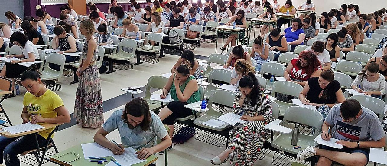 Opositores a plazas de profesor en Galicia durante los exámenes de 2018 en Vigo.