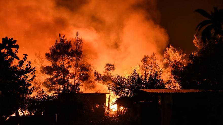 Los incendios forestales siguen devastando la isla de Eubea, en Grecia
