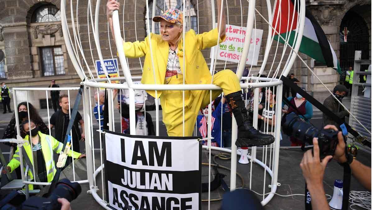 Vivienne Westwood, enjaulada como un canario para pedir la libertad de Assange