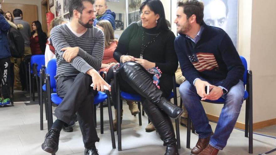 Luis Tudanca charla con Ana Sánchez y Antidio Fagúndez.