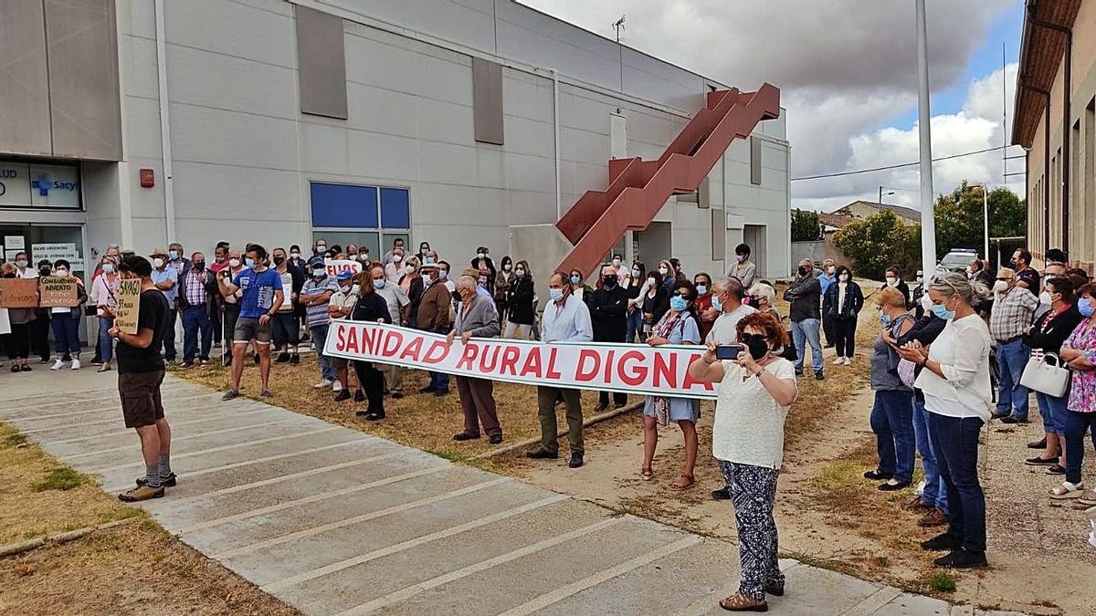 Personas concentradas ayer a las puertas del Centro de Salud de Bermillo. | Cedida